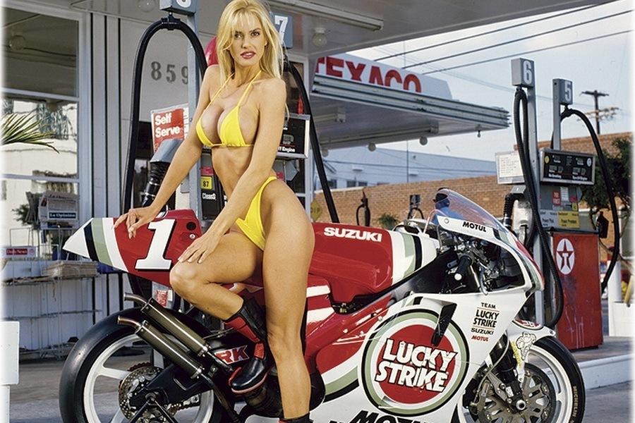 ÚnicasEstamos Y Motos En El Moto L Chicas La a De Salón nwyN8PvOm0