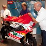 El padre de Marco Simoncelli recibe la Gilera con la que Super Sic fue campeón del mundo