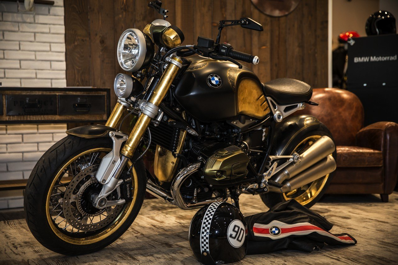bmw motorrad r ninet acabada en oro y tatuada. Black Bedroom Furniture Sets. Home Design Ideas