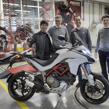 Carlos Checa recoge su nueva Ducati Multistrada 1200 en fábrica