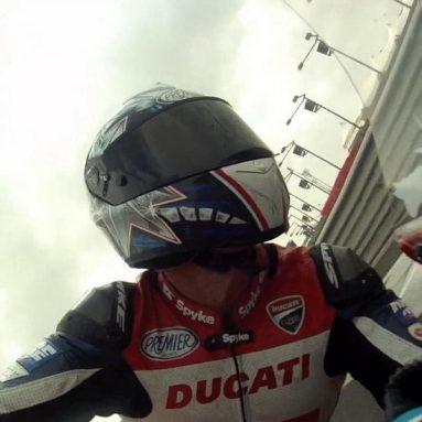 Date una vuelta a bordo de la Ducati 1199 Panigale con Troy Bayliss