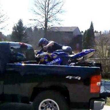 ¿Quieres subir tu moto a una furgoneta? Nunca lo hagas así