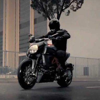 Así es y así se hizo el anuncio de la Ducati Diavel