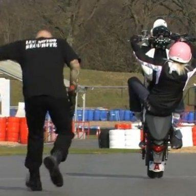 Stunt con una Suzuki Gladius y una rubia muy peligrosa
