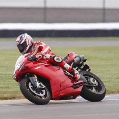 Nicky Hayden rueda con una Ducati 1198 SP en Indianápolis. Fotos y video