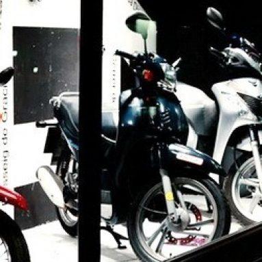La Honda Scoopy protagonista del escaparate de Vinçon