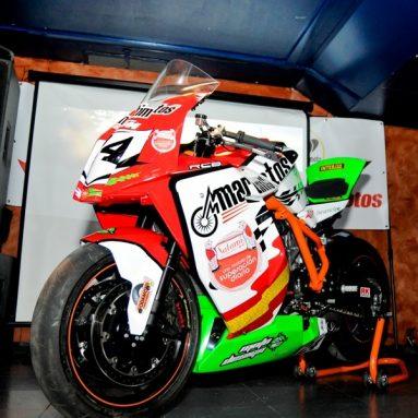 Antonio Maeso presenta en sociedad su KTM RC8 para el TT de Man