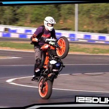 Rok Bagoros y sus acrobacias a los mandos de una KTM 125 Duke