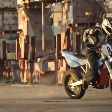 Ryan Moore de stunt con la BRD Red Shift SM eléctrica por las calles de San Francisco