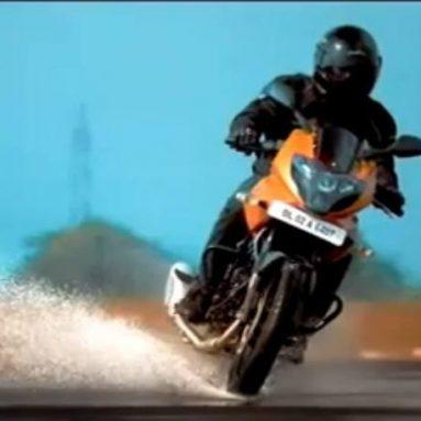 Acción a tope en el anuncio de la nueva Pulsar 220 Orange