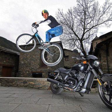 Xavi Casas con la Harley-Davidson Street 750: el salto más rebelde